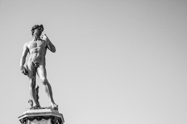 Копия давида микеланджело на площади микеланджело, флоренция, италия
