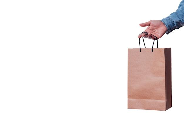 흰색 배경에 쇼핑백을 잡는 파란색 긴 소매를 가진 남자의 공간과 손을 복사
