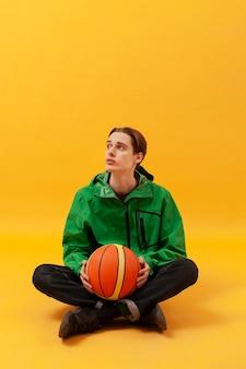 Copy-space мальчик держит баскетбольный мяч