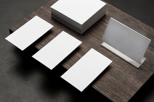 Copi i biglietti da visita dello spazio sul supporto di legno moderno