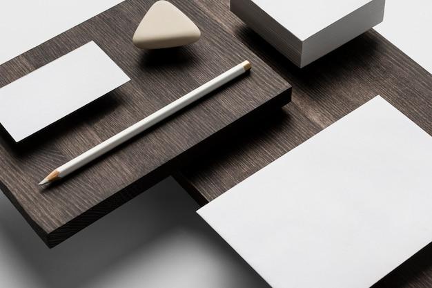 Скопируйте космические визитки на современной деревянной подставке
