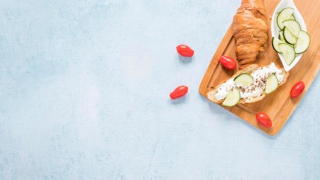 Copy-space круассан с сыром и овощами