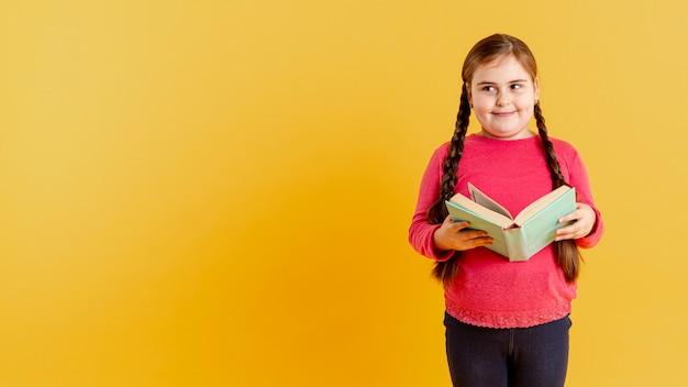 Copia-spazio ragazza carina con il libro