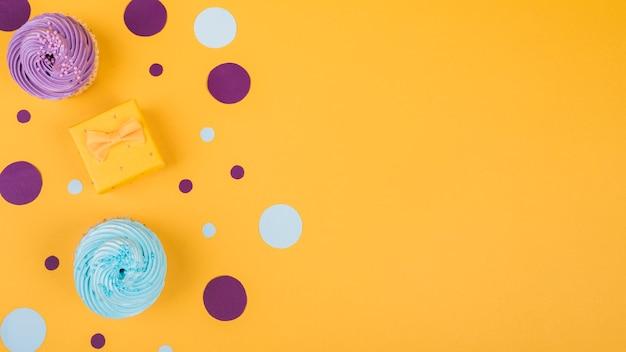 テーブルの上のコピースペースおいしいカップケーキ