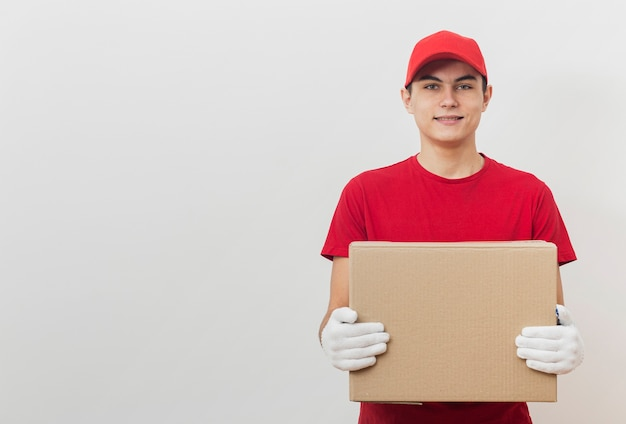 Copy-space delivery man with box