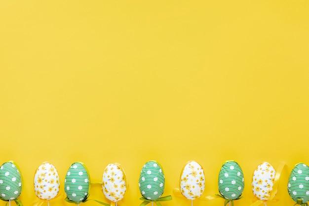 복사 공간 부활절 달걀 테이블에 정렬