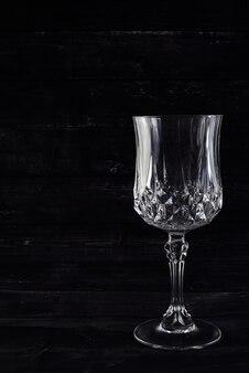 Копирование пространства пустой бокал вина на черной стене