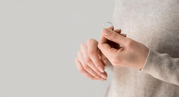 結婚指輪を保持しているコピースペース女性