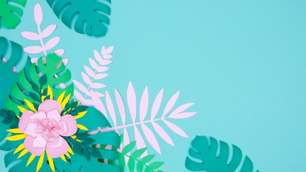 복사 공간 꽃과 종이로 만든 잎