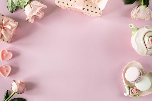 핑크 장미와 밝은 분홍색 배경에 텍스트를위한 공간을 복사합니다. 평면 위치, 평면도