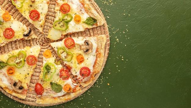 Copy-space фред пицца нарезанная