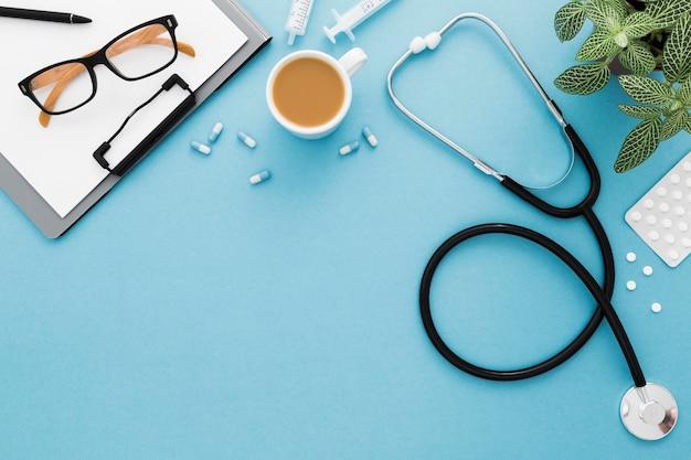コピースペースのメガネと聴診器