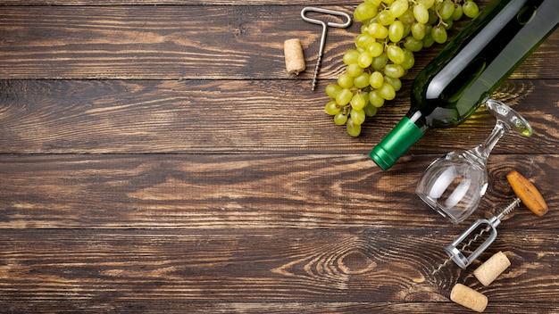 コピースペースのブドウとテーブルの上のワイン