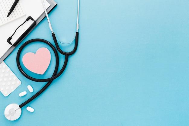 Copy-space форма сердца и стетоскоп