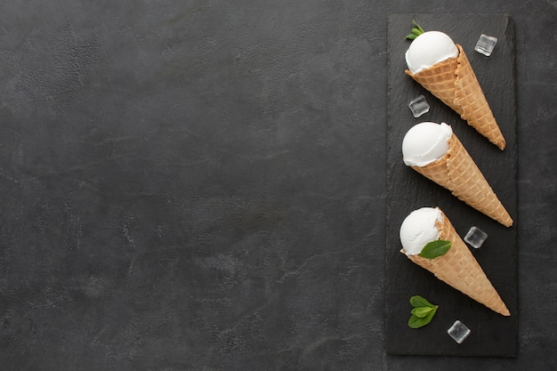 アイスキューブとコーンのコピースペースアイスクリーム