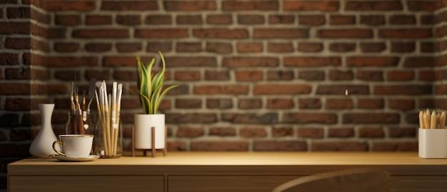 작업 공간 복사 공간 나무 테이블 페인팅 도구 실내 식물 세라믹 꽃병 붉은 벽돌 벽