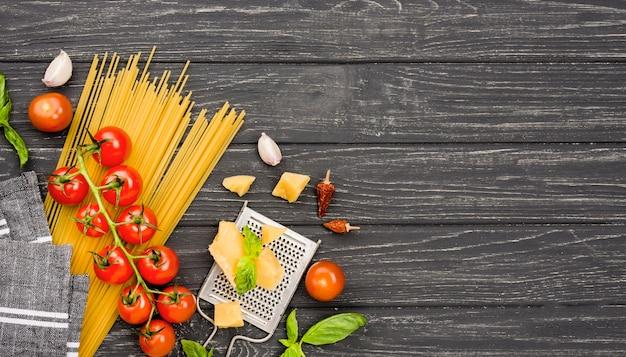 Ingredienti copia-spazio per spaghetti