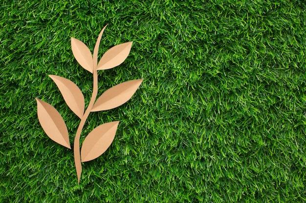 잔디에서 복사 공간 잎 모양