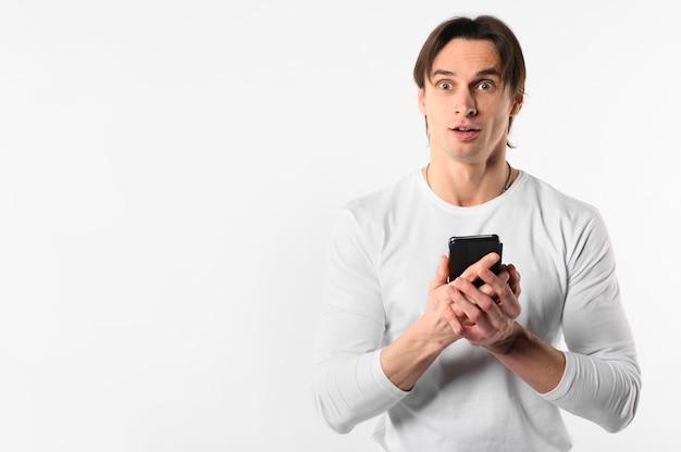 Copy-space человек с мобильного