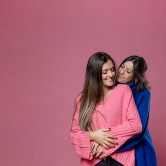 Copy-space мама и дочка обнимаются