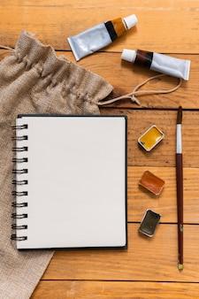 Copia il blocco note dello spazio con acrilici