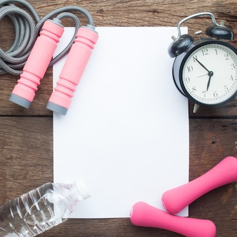 물, 스포츠 장비 및 나무 배경, 건강 개념에 알람 시계와 흰 종이에 공간을 복사