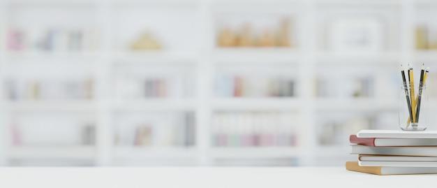 Скопируйте пространство на белом верхнем столе с книжными карандашами, размытым книжным шкафом на фоне домашней библиотеки