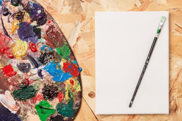Copi la carta dello spazio e la tavolozza dei colori sporchi