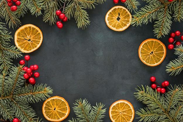 Скопируйте пространство хвои, омелы и лимона