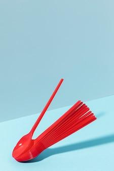Copi i cucchiai di plastica rossi dello spazio