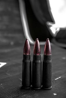 Копии космических винтовочных патронов идут в ряд. концепция самообороны