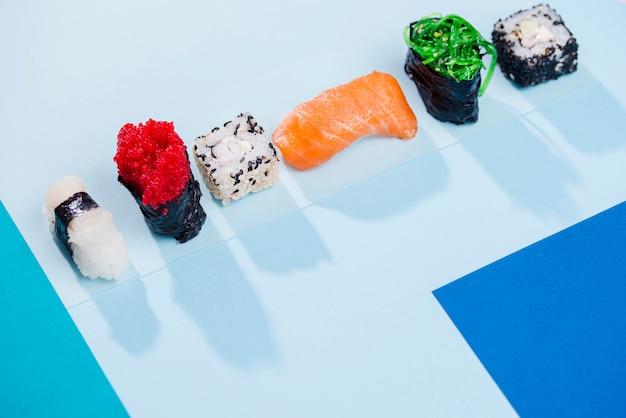 テーブルの上のコピースペースロール寿司