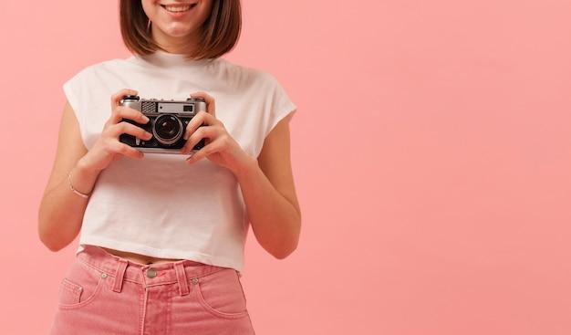 Copy-space девушка с камерой
