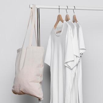 Copi le borse di tote dello spazio e le camicie bianche