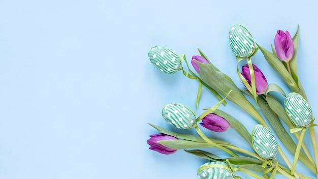 복사 공간 튤립과 부활절 달걀