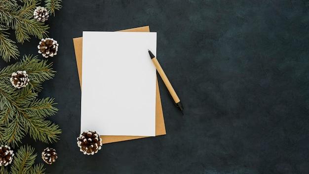 Copia spazio carta bianca e penna