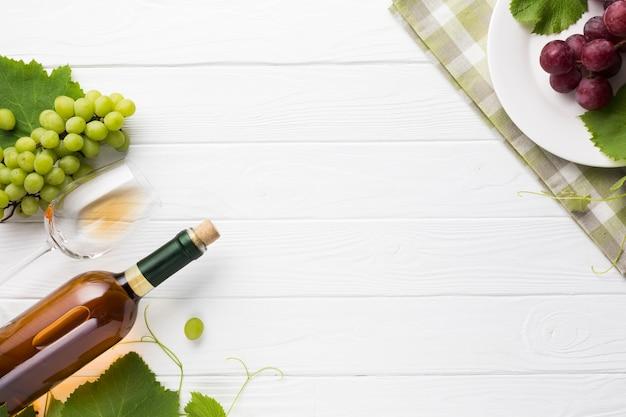 コピースペース白ワインとブドウ