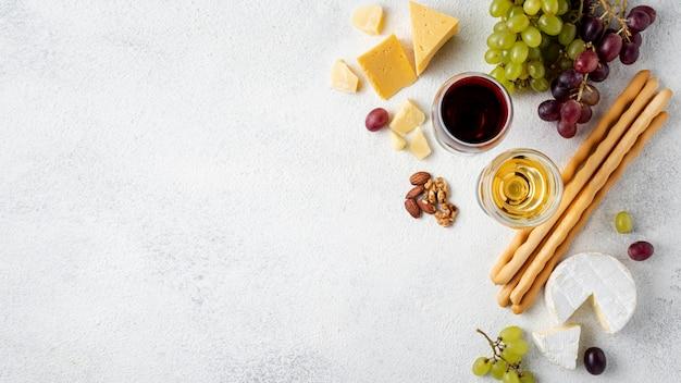 試飲用のコピースペースワインとチーズ