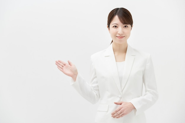 白いスーツを着た笑顔の女性とスペースをコピー