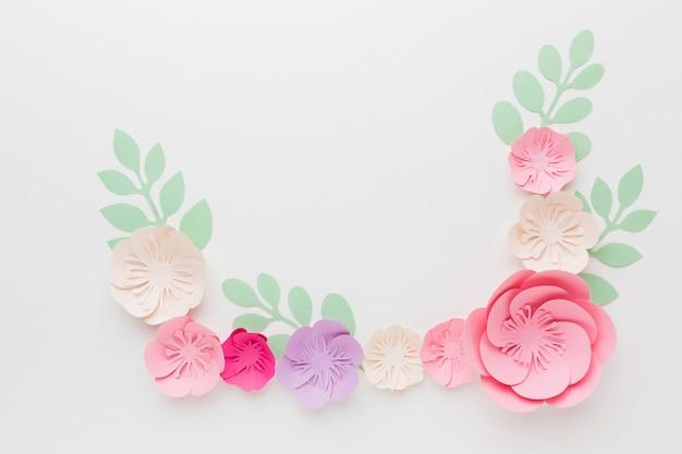 Copia-spazio con decorazioni floreali di carta
