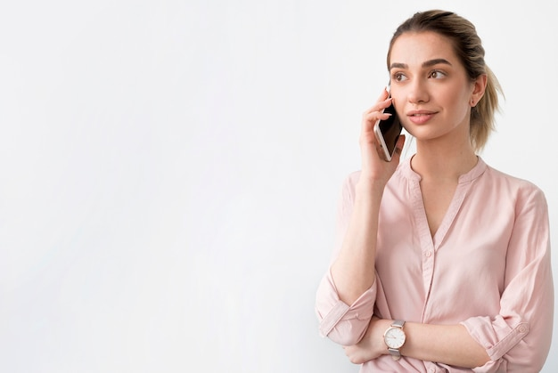 Копия пространство женщина разговаривает по телефону