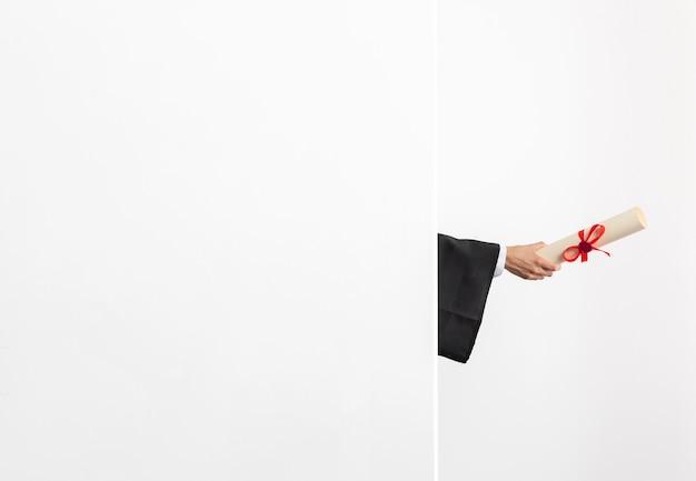 Copia spazio donna con diploma di laurea