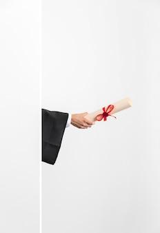 卒業証書を持つコピースペースの女性