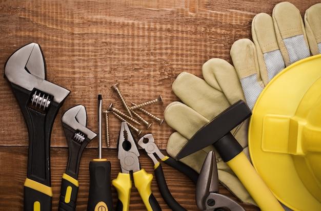 木のテーブルの上のコピースペース作業ツール