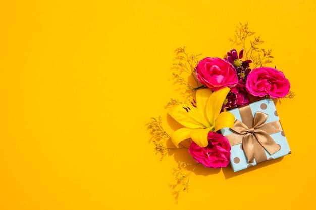 공간 복사 노란색 백합 및 선물
