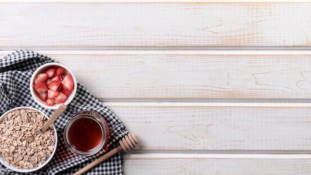 Copy-space йогурт с фруктами и мюсли