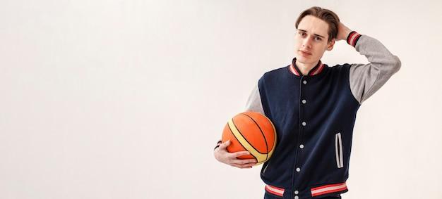 Copy-space молодой мальчик с баскетбольным мячом