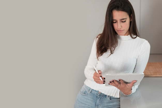 Copy-space портрет молодой женщины у себя дома