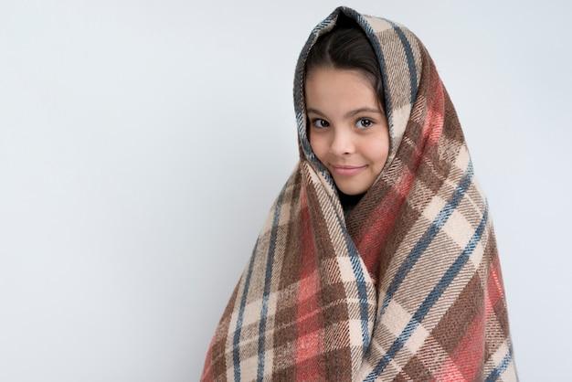 Copy-space маленькая девочка держит зимнее одеяло
