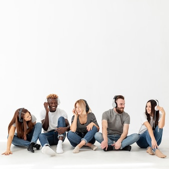 Copy-space молодые друзья слушают музыку